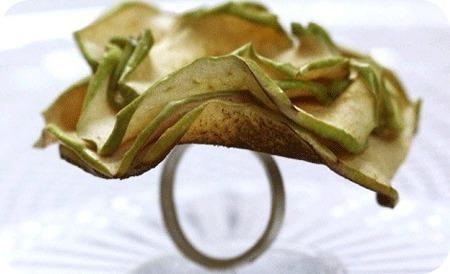 Грустно: Украшения из сухофруктов заменят ювелирные изделия